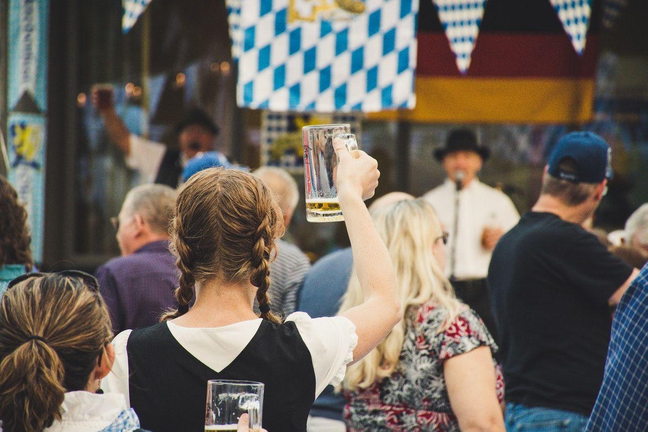 Zu den Festivals gehören Live-Musik, Auftritte des weltberühmten Festmeisters Hans und Die Sauerkrauts Orchestra, deutsche Spiele, Wettbewerbe und mehr.